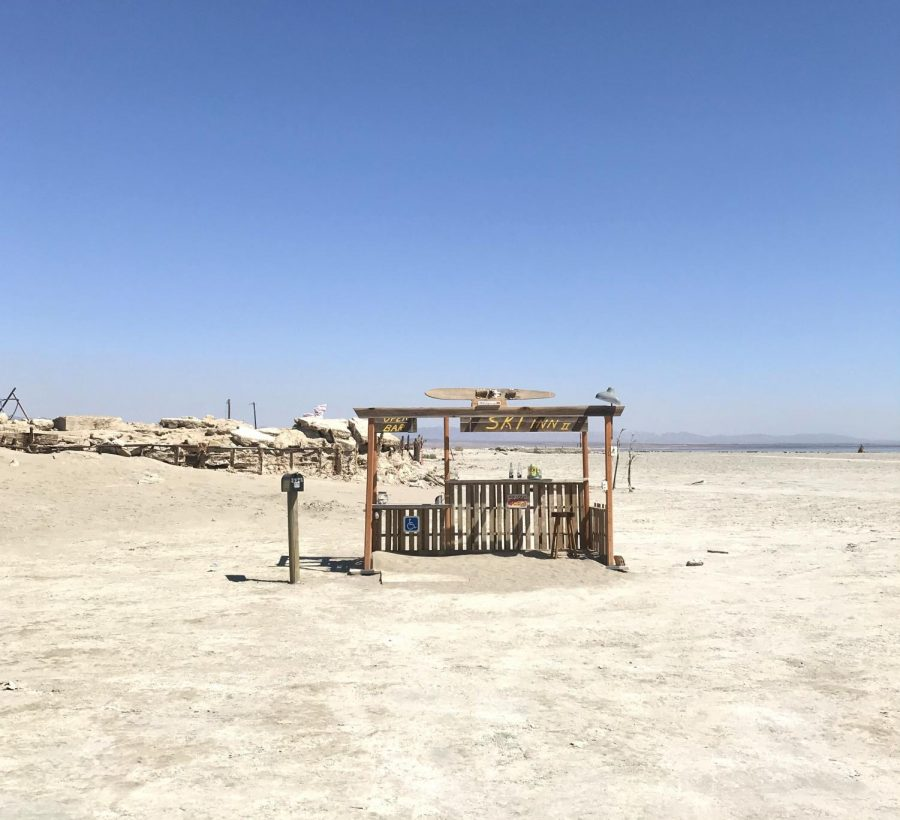 Lonely+tiki+stand+on+the+shore+of+the+Salton+Sea